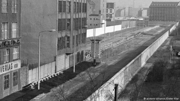 Em alguns casos, houve divisão física mesmo, ostensiva e belicosa, como um simbolo maldito. Prova disso foi o muro de Berlin que dividia a Alemanha em duas, uma parte para a Inglaterra e EUA, outra para a União Soviética.