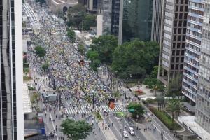 2223851936-cerca-de-dois-mil-manifestantes-se-reunem-na-av-paulista-em-protesto-contra-dilma