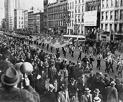 Desfile do Bund germano-americano em East 86th St., New York City, em 30 de outubro de 1939.[73]