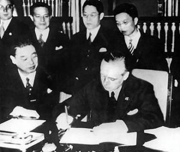 Embaixador japonês Kintomo Mushakoji e o ministro alemão Joachim von Ribbentrop na assinatura do pacto